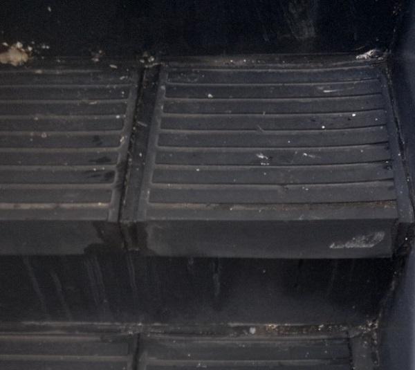 東京都江戸川区 外階段改修工事 アパート ステップのゴムマット撤去 ケレン コーキング撤去 (5)