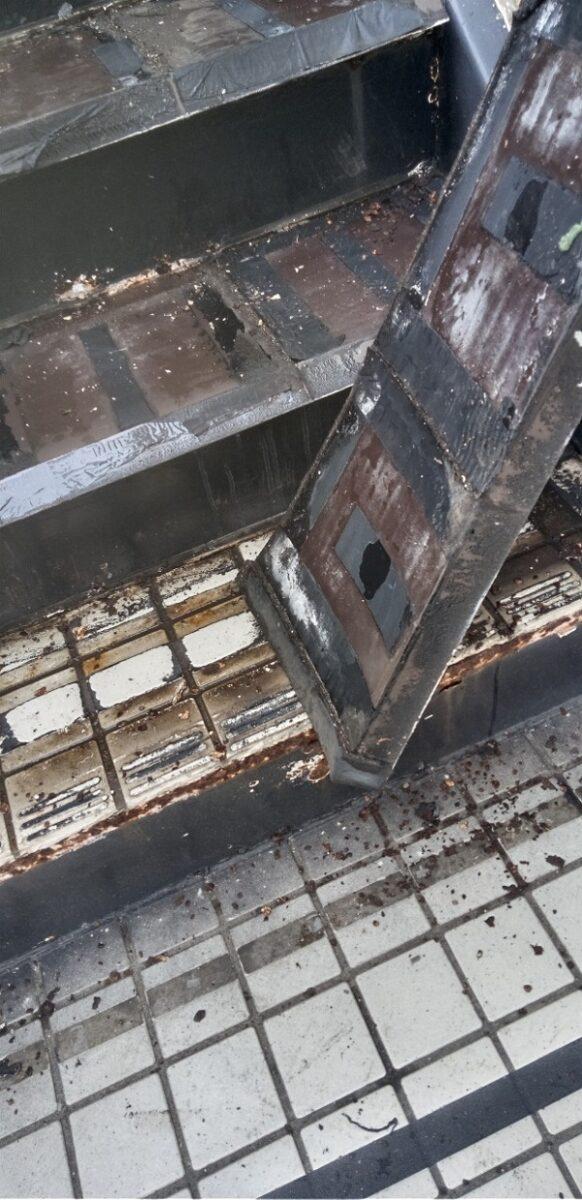 東京都江戸川区 外階段改修工事 アパート ステップのゴムマット撤去 ケレン コーキング撤去 (4)