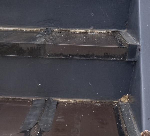 東京都江戸川区 外階段改修工事 アパート ステップのゴムマット撤去 ケレン コーキング撤去 (6)