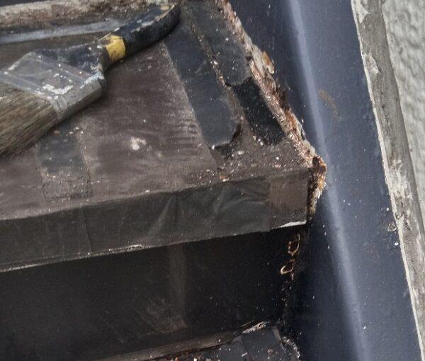 東京都江戸川区 外階段改修工事 アパート ステップのゴムマット撤去 ケレン コーキング撤去 (3)